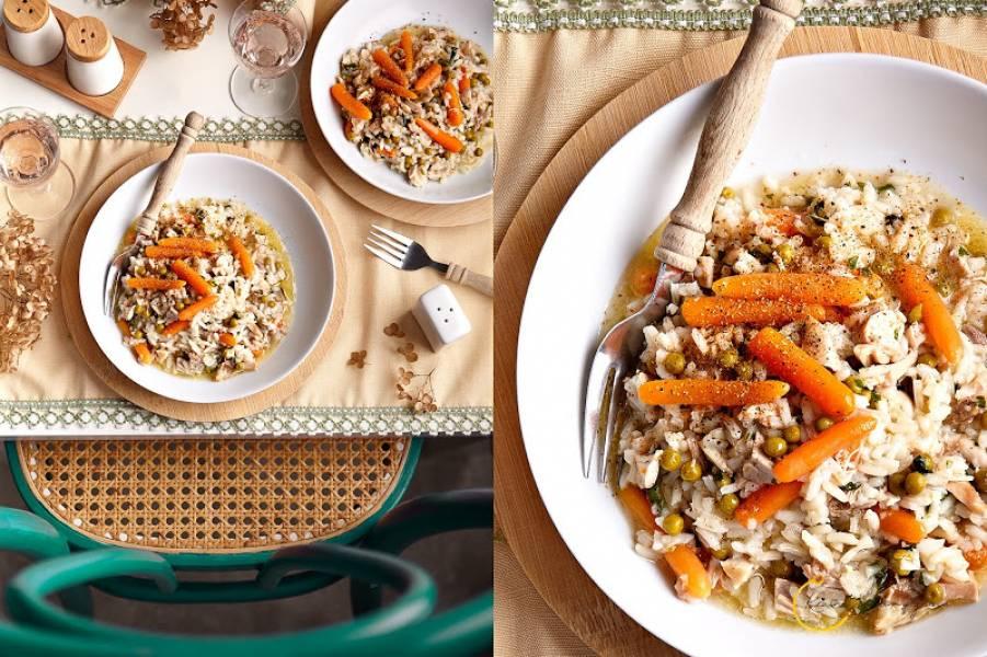 Potrawka z ryżem, kurczakiem, marchewką i groszkiem
