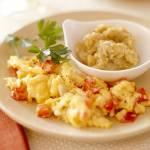 Jajka sadzone z pomidorami i czarnym pieprzem