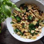 Obiad na szybko - makaron z kurczakiem, jarmużem, pistacjami, chili i pomidorem