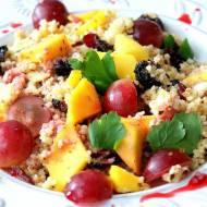 Kasza jaglana z orzechami laskowymi i owocami na śniadanie