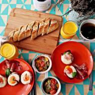 Śniadanie mistrzów: jajka zapiekane w szynce + pomidorki zapiekane z serem roquefort