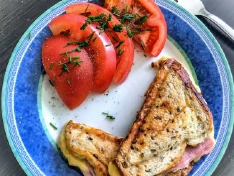 Śniadanie – tosty z szynką i mozzarellą