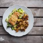 Łosoś z cukiniowym tagiatelle, dressingiem cytrynowym i pieczonymi ziemniakami
