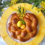 Wielkanocny wieniec drożdżowy (Treccia pasquale di pasta lievitata)
