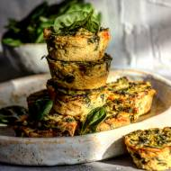 Wegańskie mini quiche z mąki z ciecierzycy ze szpinakiem i brokułami
