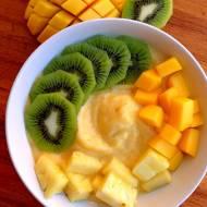 Smoothie bowl z mrożonych bananów, mango i ananasa. Uczta dla oczu oraz podniebienia + dodatkowe spalanie kalorii.