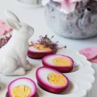 Jajka w buraczkach – różowe jajka