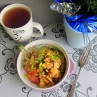 Jajecznica z kiełbasą i soloną litewską słoniną z ziołami
