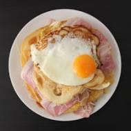 Pancakes z boczkiem, cebulą i jajkiem sadzonym