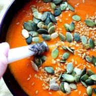 Zupa marchewkowo -pomidorowa z pestkami dyni i siemieniem lnianym