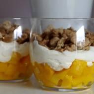 Deser z mango i domową kruszonką