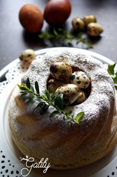 Wielkanocna baba drożdżowa na żółtkach