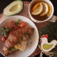 Croissant z awokado i jajkiem