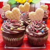 Cytrynowe muffinki z kremem kakaowym i waflowymi serduszkami