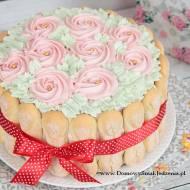delikatny tort biszkoptowy z kremem śmietankowym