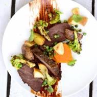 Policzki wołowe w sosie winno - czekoladowym, grillowanym brokułem, groszkiem, karmelizowaną z masłem orzechowym szarą renetą i
