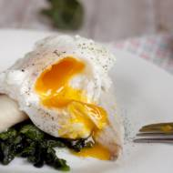 Wędzona ryba z jajkiem w koszulce na szpinaku