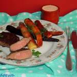 Steki ze strusia marynowane w czosnku z sosem jogurtowym i karmelizowaną marchewką