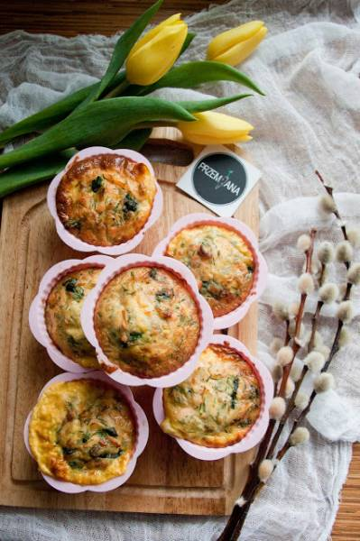Muffiny jajeczne z łososiem i szpinakiem