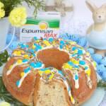Wielkanocna babka z czekoladą i kolorowymi cukierkami.