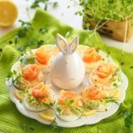 Jajka z kremem chrzanowym i łososiem