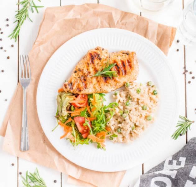 Grillowany kurczak z risotto z zielonym groszkiem