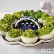 Jajka faszerowane pastą cytrynowo-bazyliową zgroszkiem