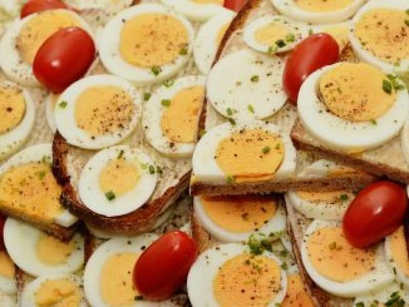 Jajka, a cholesterol. Czego unikać w Święta Wielkanocne, aby sobie nie zaszkodzić.