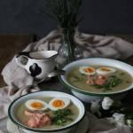 Gęsty biały barszcz z białymi warzywami, łososiem i jajkiem