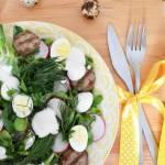 Lekka sałatka wiosenna z białą kiełbasą, rzodkiewką i jajkami przepiórczymi