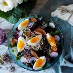 Wielkanocna fit sałatka z jajkiem, marynowanymi rydzami i czarną quinoą