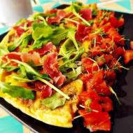 Omlet z szynką parmeńską i rukolą + pikantna salsa pomidorowa