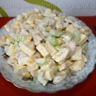 Sałatka z selerem naciowym, kurczakiem i żółtym serem