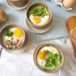Zapiekane jajka w 2 wersjach: z groszkiem i szynką oraz z cukinią i ricottą (Uova in cocotte in 2 versioni: con piselli, prosciu