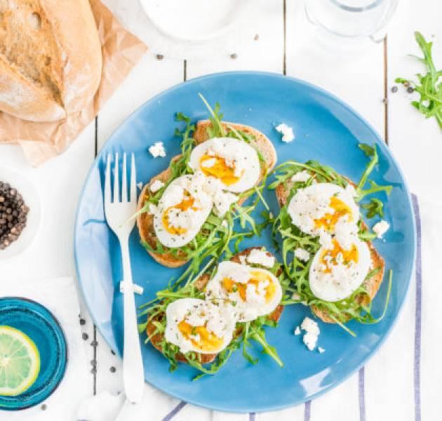 Kanapki z jajkiem, fetą i sosem chrzanowym