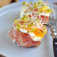 Muffinki jajeczne z szynka szwarcwaldzką, papryką i kremowym serkiem śmietankowym. Idealne na śniadanie wielkanocne.