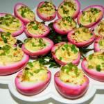 Różowe jajka z majonezem