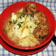 zupa z kiszonej kapusty z kaszą i klopskikami...