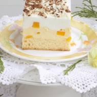 Ciasto z kremem budyniowym, z brzoskwiniami i cytrynową pianką.