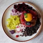 Tatar z czarnym czosnkiem, czarną quinoą i czarną truflą