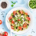 Sałatka z kasza bulgur, pomidorami i fetą