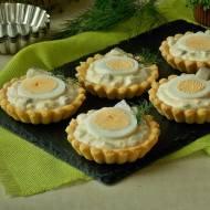 Tartaletki ze śledziami i jajkami w sosie chrzanowym