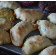 Weganskie pieczone pierogi z ziemniakami i groszkiem