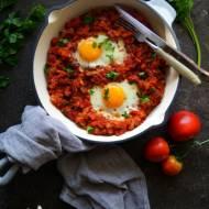 Niedzielne śniadanie, leczo z sadzonymi jajkami