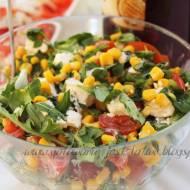 Sałatka z pomidorkami, kukurydzą i serkiem sałatkowym