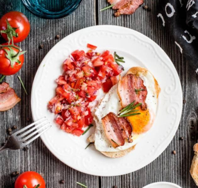 Tosty z jajkiem sadzonym, boczkiem i salsą pomidorową