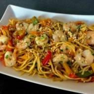 Makaron chiński z krewetkami i warzywami