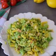 Makaron z brokułami,  serem pleśniowym i prażonymi migdałami