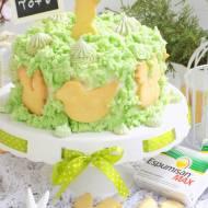 Wielkanocny tort z kruchymi ciasteczkami i bezami.