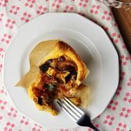 Wytrawne babeczki w cieście francuskim z warzywami i jajkiem